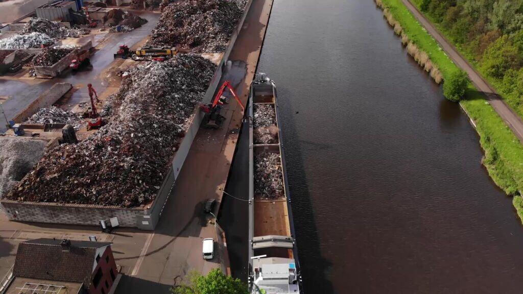 twillis transportboot geladen schroot hms recycling co2 footprint 2020 foto content almelo